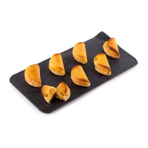 Empanadillas de Mazapán Rellenas de Yema Marca Palmira Expuestas en Plato de Pizarra